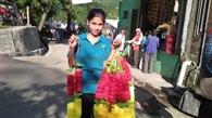 समर्थकों को फूल माला बेचकर कमाए 22 हजार रुपये