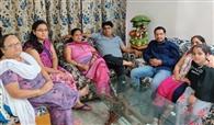 गुप्ता ने पत्नी को पिलाई चाय तो गौतम ने परिवार के साथ की गपशप