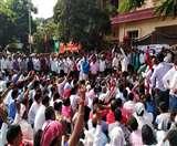 पारा शिक्षकों का भाजपा कार्यालय के समक्ष प्रदर्शन, अनशन पर बैठे शिक्षक की तबीयत बिगड़ी