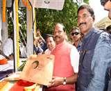 CM रघुवर दास ने किया खादी-ऑन- व्हील्स का शुभारंभ, थोड़ी देर में करेंगे होटल प्रबंधन संस्थान का उद्घाटन