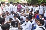 जौनपुर में टीडी कालेज के छात्रों ने किया हंगामा, परिसर का गेट बंद कर विरोध में की नारेबाजी