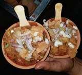 बनारसी स्ट्रीट फूड : ठंड में खाइए गरमा-गरम रसदार पकौड़े, चालीस साल पहले की दुकान को चला रही तीसरी पीढ़ी