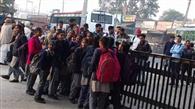 बस देरी से जाने के रोषस्वरूप छात्रों ने बस स्टैंड का गेट बंद कर किया प्रदर्शन