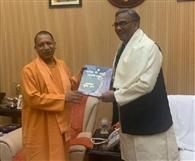 उत्तर प्रदेश के मुख्यमंत्री योगी आदित्यनाथ से मिले त्रिवेंद्र