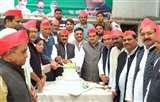 मुलायम के जन्मदिन पर सपा कार्यकर्ताओं ने काटा केक, बांटा फल Prayagraj News