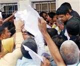 उचाना में डिप्टी सीएम दुष्यंत को पर्चियां देने उमड़ी भीड़, किसान केंद्र का दरवाजा तोड़ा Panipat News