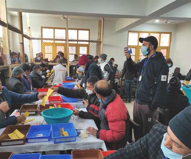 1जिला विकास परिषद के चुनावी नतीजों के पहले दौर के रूझान देखते हुए।