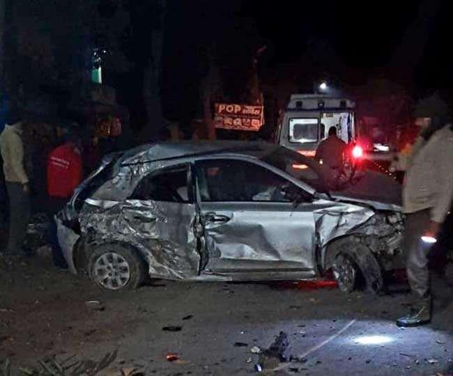 हरिद्वार से ऋषिकेश आ रही एक कार श्यामपुर बाईपास मार्ग मनसा देवी के समीप एक पेड़ से टकरा गई।