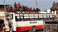 विद्यार्थी बसों पर लटककर स्कूल पहुंचने के लिए मजबूर