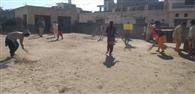 एनएसएस वालंटियर छात्राओं ने गांव में चलाया सफाई अभियान