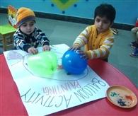 बैलून पेंटिग से बच्चों ने रंगों को पहचाना