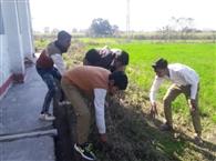 बच्चों से कराई जा रही स्कूल की सफाई