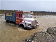गौला में पानी बढ़ा, 36 वाहन फंसे