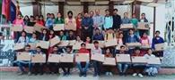 मेधावी विद्यार्थियों को लैपटॉप बांटे