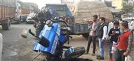 ट्रक की टक्कर से ट्रैक्टर के हुए दो टुकड़े