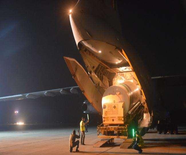 दिल्ली हाइकोर्ट ने सरकार को ऑक्सीजन कन्टेनरों को एयरलिफ्ट करने को कहा था।