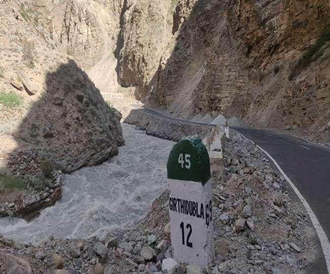 Khaskhabar/उत्तराखंड के चमोली जिले की मलारी घाटी में चीन सीमा के पास हिमखंड टूटने की सूचना है। क्षेत्र में सड़क निर्माण का कार्य चल रहा है। फिलहाल नुकसान के बारे में कुछ पता नहीं चल पाया है। जोशीमठ से सीमा सड़क संगठन
