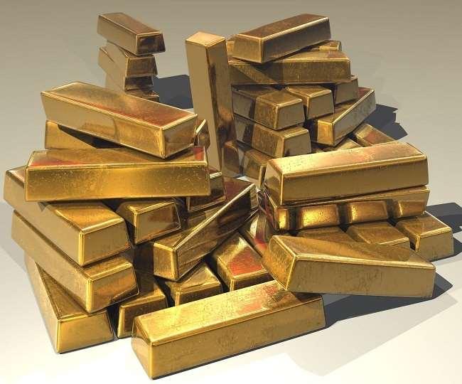 सोने एवं चांदी की कीमतों में शुक्रवार को गिरावट दर्ज की गई।