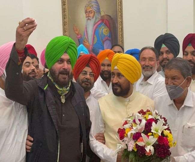 पंजाब के मुख्यमंत्री चरणजीत सिंह चन्नी के साथ पंजाब कांग्रेस अध्यक्ष नवजोत सिंह सिद्धू। (फाइल फोटो)