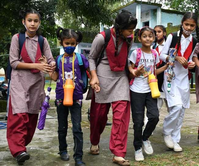राजपुर रोड जाखन स्थित राजकीय प्राथमिक विद्यालय जाखन से छुटटी होने के बाद बाहर आते छोटे व बड़े बच्चे।