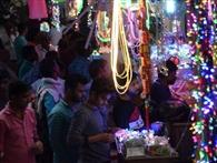 इंद्रधनुषी रोशनी में मां लक्ष्मी का स्वागत करने को सजा बाजार