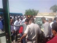 बेकाबू हुई टाटा मैजिक व बोलेरो की टक्कर होने से एक महिला सहित तीन गाड़ी में फंसे