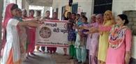 गांव अंटेहड़ी में महिलाओं को दिलाई शपथ
