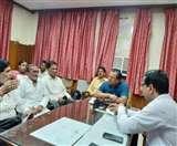 संविदा बहाली समेत कई मांगों को लेकर नगर आयुक्त कार्यालय का किया घेराव Meerut News