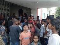 एजेंसी से बासी भोजन मिलने की शिकायत लेकर बच्चे पहुंचे एसडीओ कार्यालय
