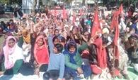 मजदूरों ने धरना लगाने के बाद शहर में मार्च निकाला