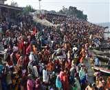 मौनी अमावस्याः डुबकी लगाने को गंगा घाटों पर उमड़े श्रद्धालु, मौन होकर स्नान के बाद किया जा रहा दान