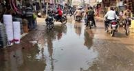 पाइप लाइन फटने से सड़कों पर बहा पानी
