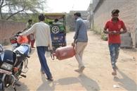 गोदाम से गैस डिलीवरी पर छूट की खुलेआम लूट