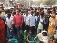 घायल छात्रा की मौत से आक्रोशित ग्रामीणों ने किया रास्ता जाम