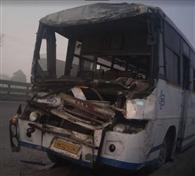 ट्रक से टकराई बस, दर्जनभर यात्री घायल