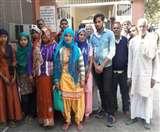 तीन माह से राशन न मिलने के विरोध में ग्रामीणों का कलक्ट्रेट पर प्रदर्शन Meerut News