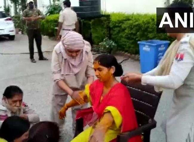डूंगरपुर जिले के कोतवाली थाने में महिला कांस्टेबल की हल्दी की रस्म पूरी करते साथी पुलिसकर्मी