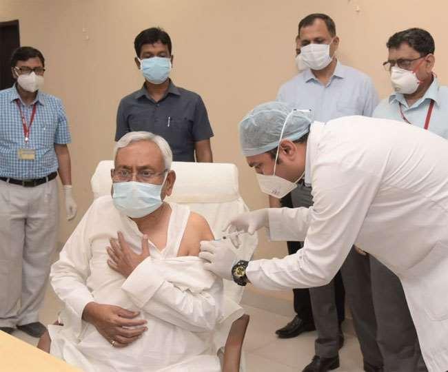 कोरोना का टीका लगवाते मुख्यमंत्री नीतीश कुमार। फाइल फोटो
