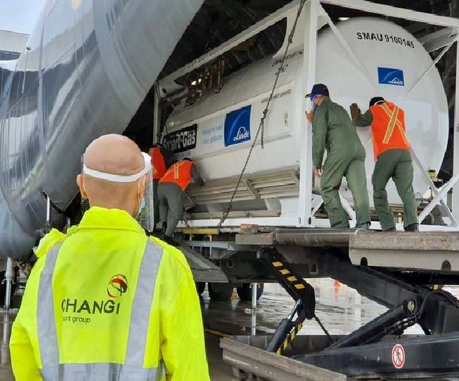 COVID-19: भारतीय वायु सेना ला रही है सिंगापुर से चार क्रायोजेनिक ऑक्सीजन कंटेनर