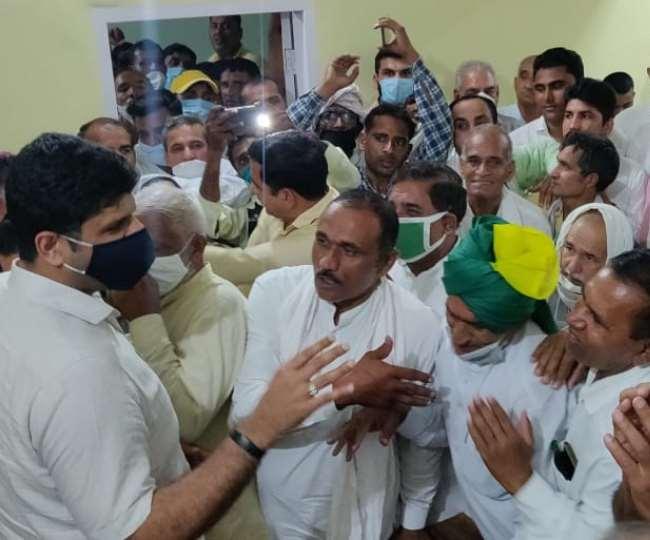 जींद में किसानों से बातचीत करते उप मुख्यमंत्री दुष्यंत चौटाला।