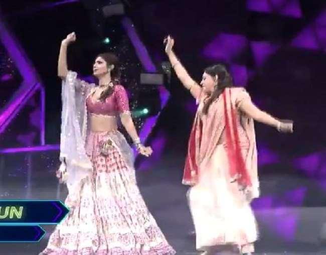 हेमा मालिनी और शिल्पा शेट्टी को गाने पर डांस करते हुए देखा जा सकता हैl