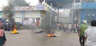 थर्मल के मुख्य द्वार पर मजदूरों का प्रदर्शन