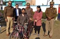 समाजसेवी ने दिव्यांग को दिलाई ट्राई साइकिल