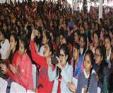 बेटियों की बेहतर शिक्षा और सुरक्षा को बांटे स्मार्ट फोन, खिल उठे चेहरे