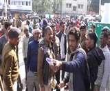 'No Helmet, No Petrol' पर हंगामा, संयुक्त सचिव को बचाने के लिए पुलिस ने भांजी लाठियां Dhanbad News