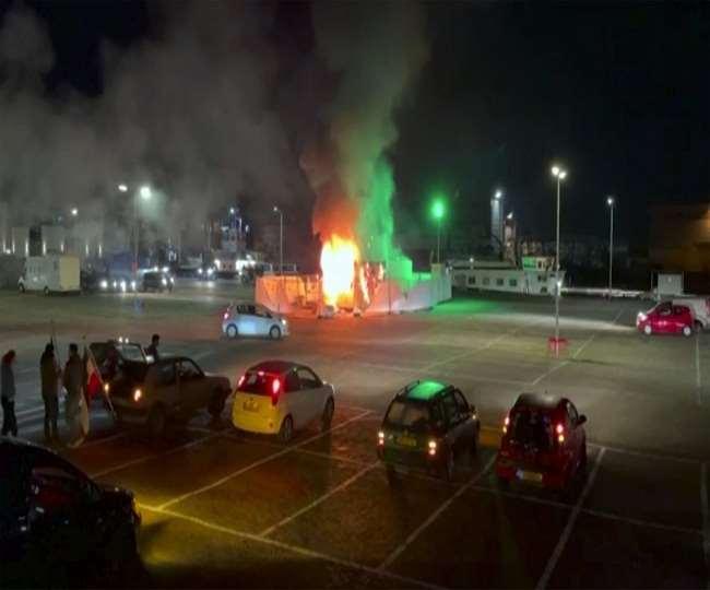 नीदरलैंड में दबंगईयों ने जलाई कार और की आतिशबाजी