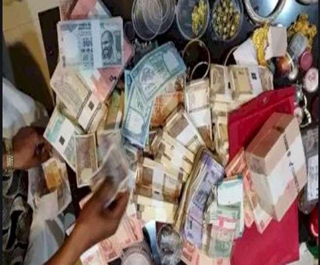 रिश्वत लेते पकड़े गए आरआई ने लिया तहसीलदार का नाम राजस्थान में बीस लाख का काला धन जलाया