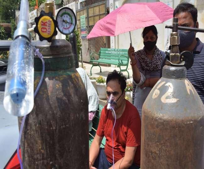 दिरापुरम गुरुद्वारे के प्रधान गुरुप्रीत सिंह टीम के साथ लोगों को दे रहे हैं आक्सीजन