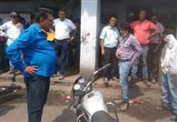 बिजली को लेकर शताब्दी परियोजना के हाजिरी घर के पास अधिकारियों के साथ धक्का-मुक्की