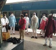 प्रवासियों को सेंवई, हलवा खिलाकर साझा की ईद की खुशियां